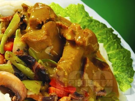 Задушено телешко месо от шол с гъби печурки и зеленчуци - зелени чушки, тиквички, моркови и лук поднесено с картофено пюре на тиган - снимка на рецептата